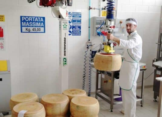 Handling cheese blocks by means of a vacuum gripping tool applied to the standard tool head of an INDEVA